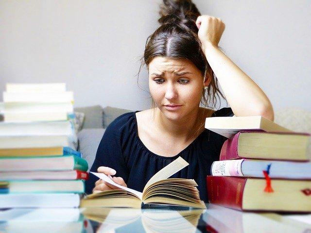 Jeune femme étudiante avec des difficultés à se concentrer